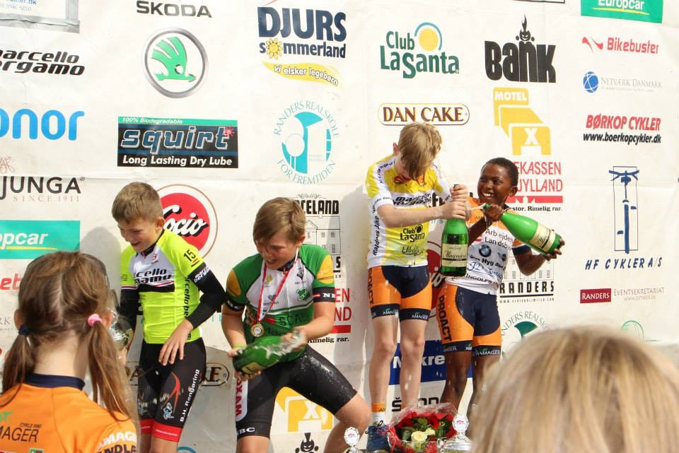 The winners in U11 with champagne