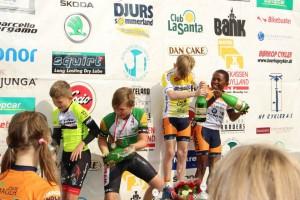 Samlet U11 drenge-vindere med champagne
